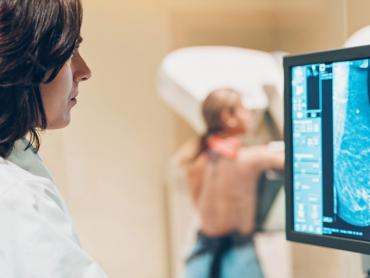 عامل خطر هر چیزی است که احتمال ابتلا به بیماری مانند سرطان پستان را افزایش دهد. اما داشتن یک عامل خطر یا حتی بسیاری از آن ها به معنای اطمینان از ابتلا به این بیماری نیست. برخی از عوامل مرتبط با سرطان پستان به عنوان مثال جنسیت زن، سن و ژنتیک قابل تغییر نیست. سایر عوامل مانند وزن، ورزش، کشیدن سیگار ، رژیم غذایی، مصرف داروهایی که حاوی هورمون هستند با انتخاب صحیح می تواند تغییر کند.