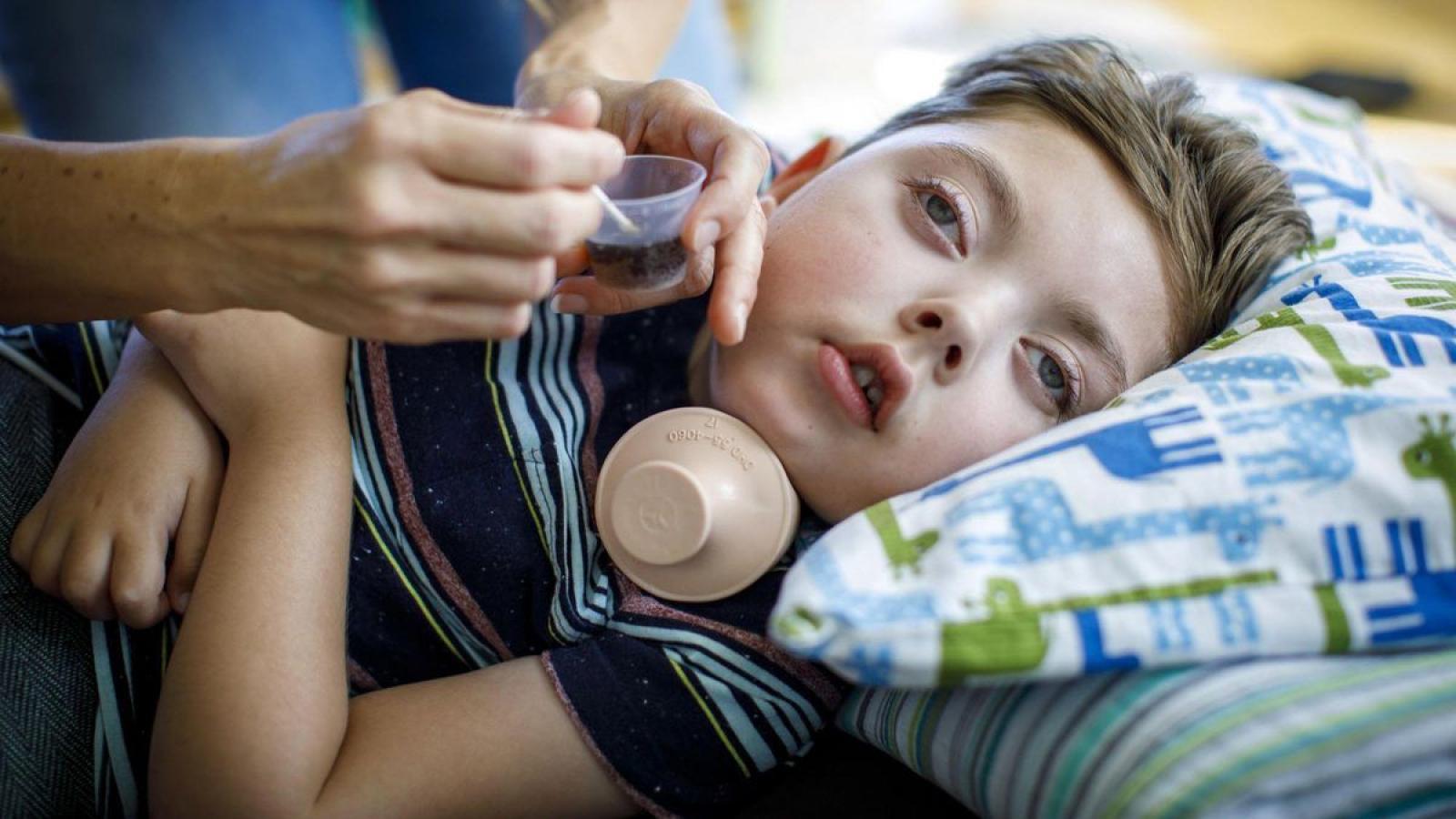 بیماری کراب یک اختلال ارثی است که در آن پوشش حفاظتی سلول¬های عصبی (میلین) در مغز و کل سیستم عصبی دچار آسیب می شود. این بیماری بیشتر در نوزادان دیده میشود (زمان شروع بیماری قبل از 6 ماهگی) اما این احتمال وجود دارد که در سنین بالاتر نیز ایجاد شود. متأسفانه در حال حاضر هیچ درمانی برای بیماری کراب وجود ندارد و بیشتر نوزادان مبتلا به این بیماری قبل از 2 سالگی میمیرند. وقتی این بیماری در کودکان بزرگتر و بزرگسالان بروز کند، روند بیماری میتواند بسیار متفاوت باشد.