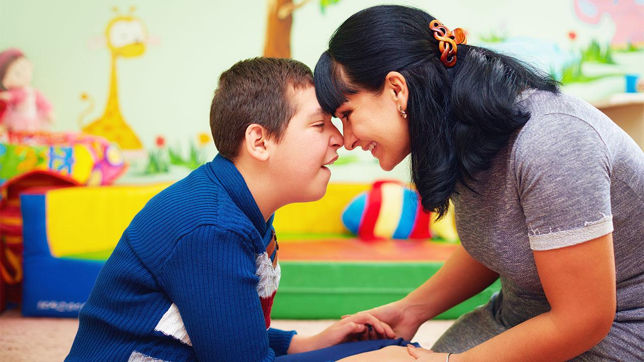 اوتیسم اختلالی مربوط به تکامل مغز می باشد که بر روی درک و ارتباط با دیگران, و ارتباطات اجتماعی تاثیر می گذارد. این اختلال همچنین شامل الگوهای رفتاری محدود و تکراری است. واژه ی (اسپکتروم) در اوتیسم اختلالی است که به طیف وسیعی از علایم و وخامت برمیگردد.